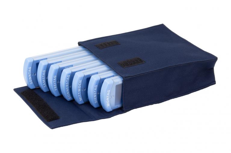 Medinizer-DE-No7-Bag-Dark-Blue-Open-pill-dispenser-Kibodan-danish-design